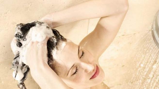 Errores comunes que se cometen a la hora de lavar el pelo